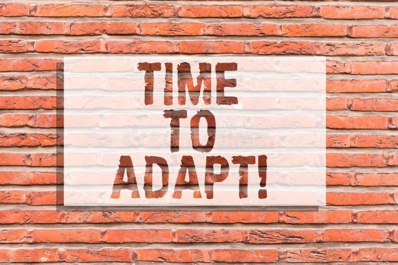 Muestra del texto que muestra hora de adaptarse El momento conceptual de la foto para ajustarse a los cambios abraza arte de la p fotografía de archivo libre de regalías