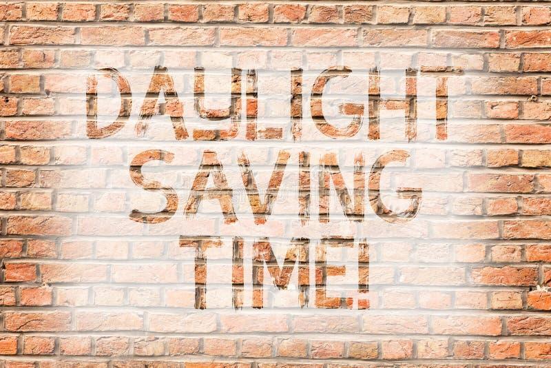 Muestra del texto que muestra horario de verano Relojes de avance de la foto conceptual durante el verano para ahorrar la pared d imagenes de archivo