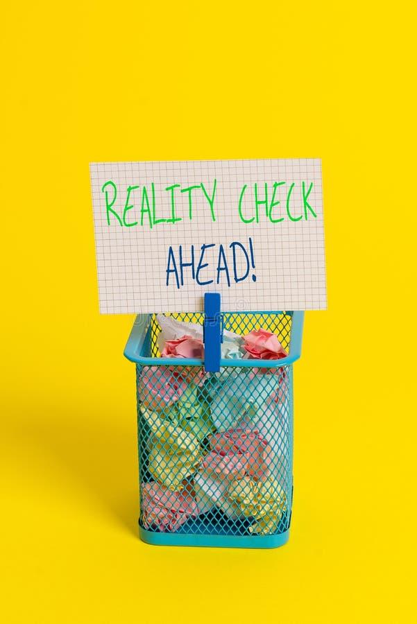 Muestra del texto que muestra la confrontaci?n con la realidad a continuaci?n La foto conceptual hace que reconocen verdad sobre  imagenes de archivo