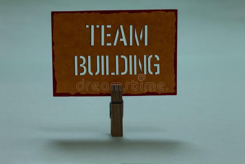 Muestra del texto que muestra a Team Building Tipos conceptuales de la foto de actividades usadas para aumentar la pinza de las r foto de archivo libre de regalías