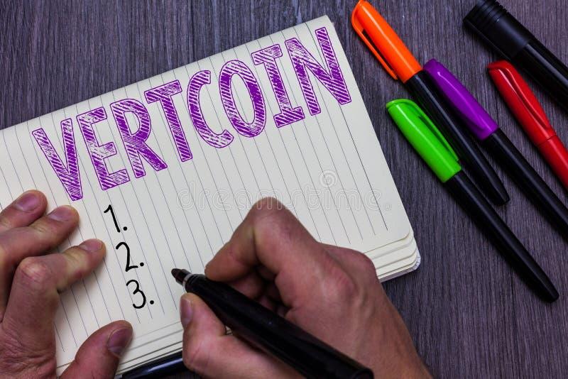Muestra del texto que muestra Vertcoin Tenencia simbólica comercializable del hombre de la foto de la moneda conceptual de Crypto fotografía de archivo