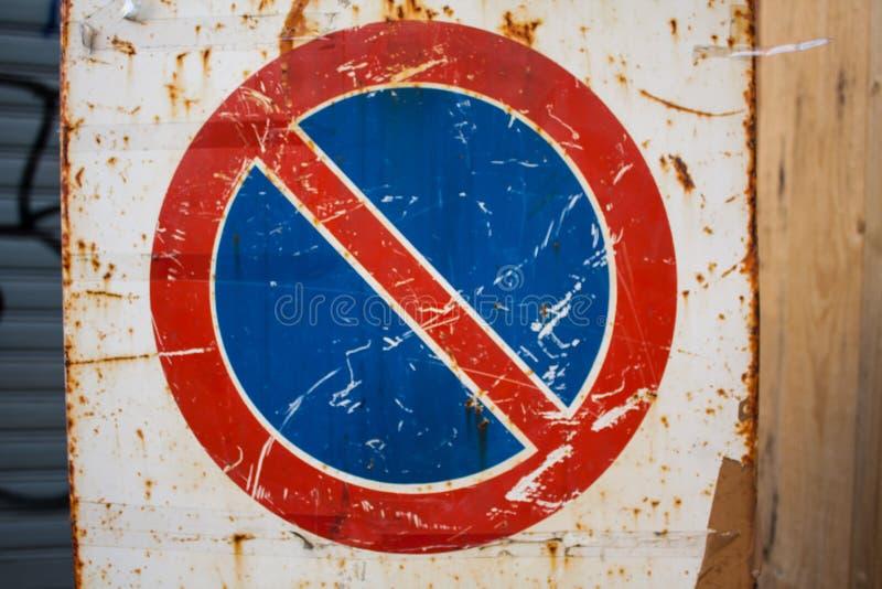 Muestra del tráfico por carretera del vintage muestra oxidada envejecida del estacionamiento prohibido del grunge imagenes de archivo