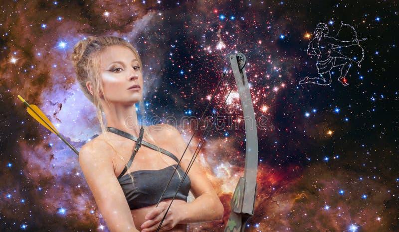 Muestra del zodiaco del sagitario Astrología y horóscopo, sagitario hermoso de la mujer en el fondo de la galaxia imagenes de archivo