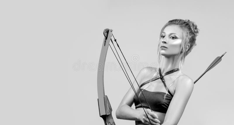 Muestra del zodiaco del sagitario Mujer hermosa con el arco y la flecha imagen de archivo