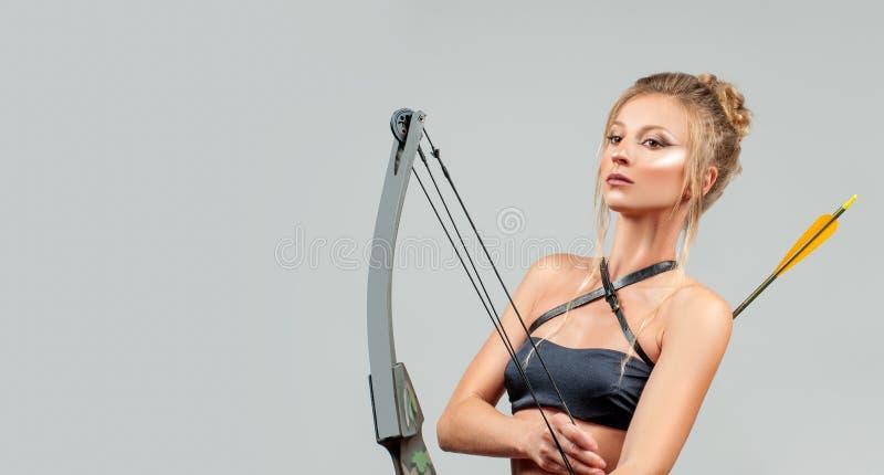 Muestra del zodiaco del sagitario Mujer hermosa con el arco y la flecha fotografía de archivo libre de regalías