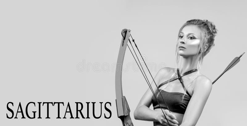 Muestra del zodiaco del sagitario Mujer hermosa con el arco y la flecha imágenes de archivo libres de regalías