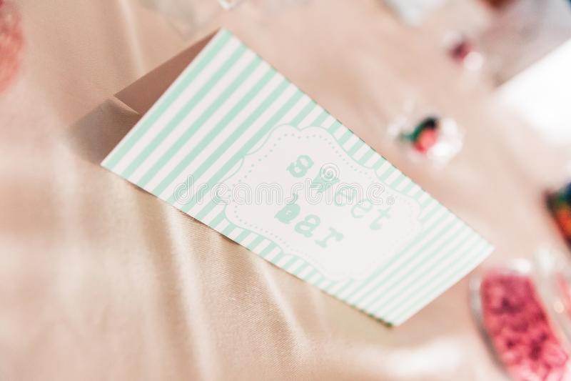 Muestra dulce del papel de la barra en la tabla de la boda con los dulces coloreados imagen de archivo libre de regalías