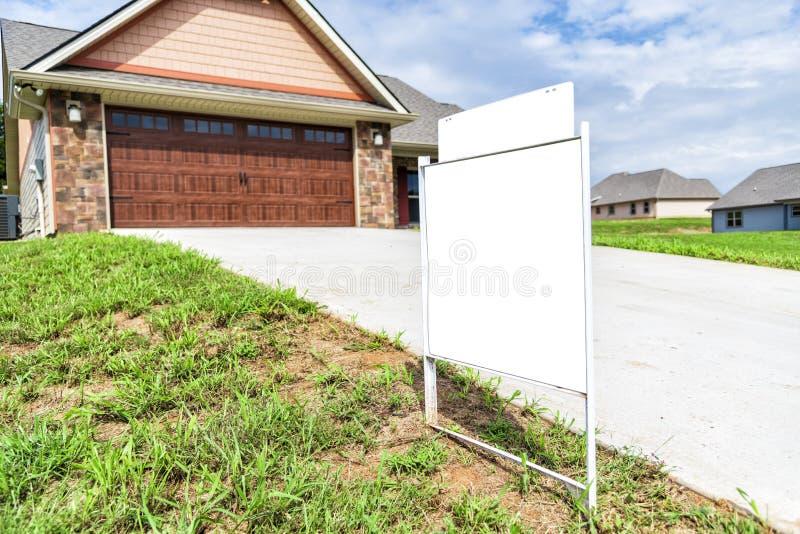 Muestra en blanco delante de la casa en venta imagen de archivo