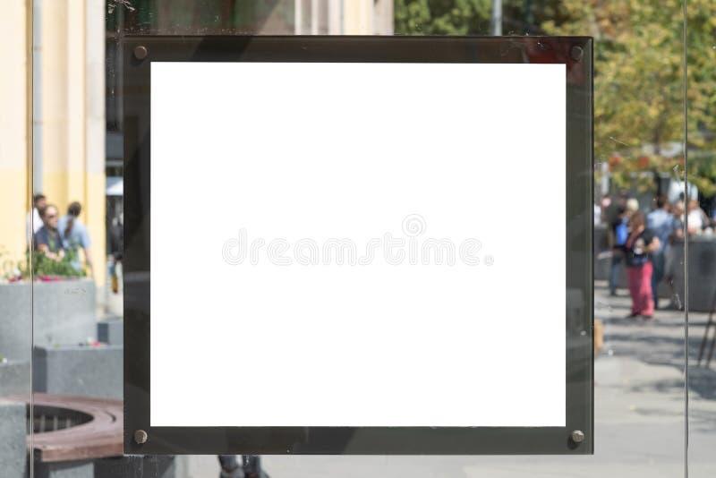 Muestra en blanco en la parada de autobús para su anuncio o diseño gráfico fotos de archivo