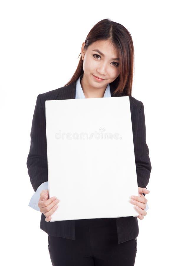 Muestra en blanco vertical de la demostración asiática joven de la empresaria fotografía de archivo libre de regalías