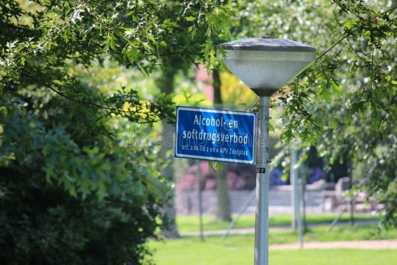 Muestra en el poste de la iluminación que usando el alcohol o las drogas blandas no son permitidos por la ley local del municipio fotos de archivo libres de regalías