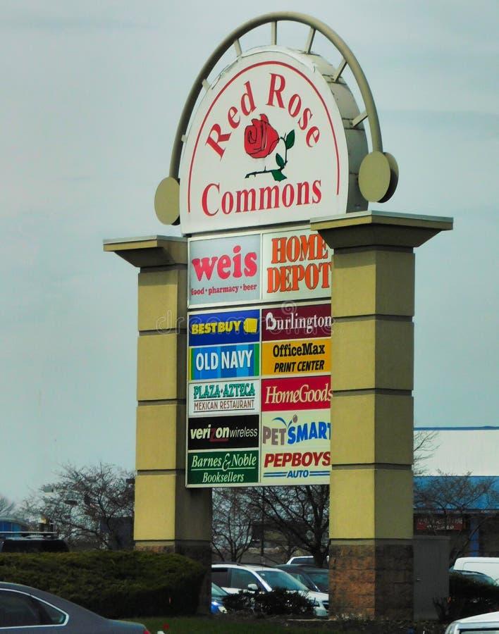 Muestra en la entrada al centro comercial rojo de Rose Commons imagen de archivo