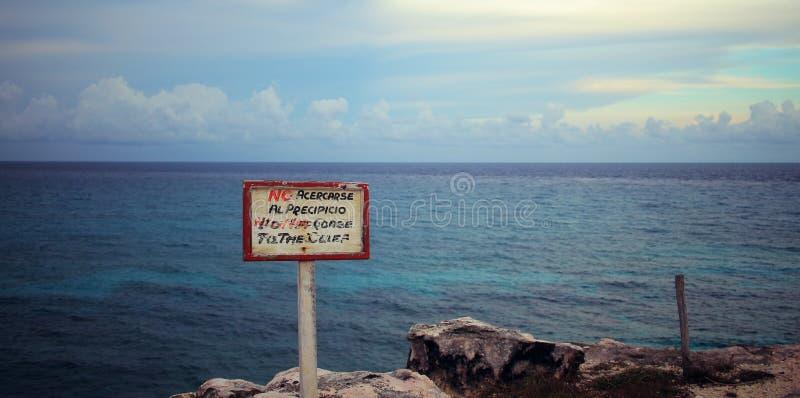 Muestra española que lee: El ` no se acerca al ` del acantilado imagen de archivo
