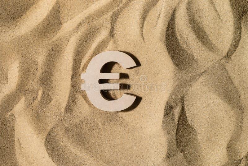 Muestra euro en la arena fotografía de archivo