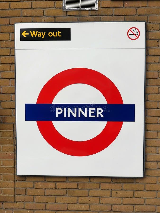 Muestra ferroviaria del roundel de Pinner London Underground Metropolitan imagen de archivo