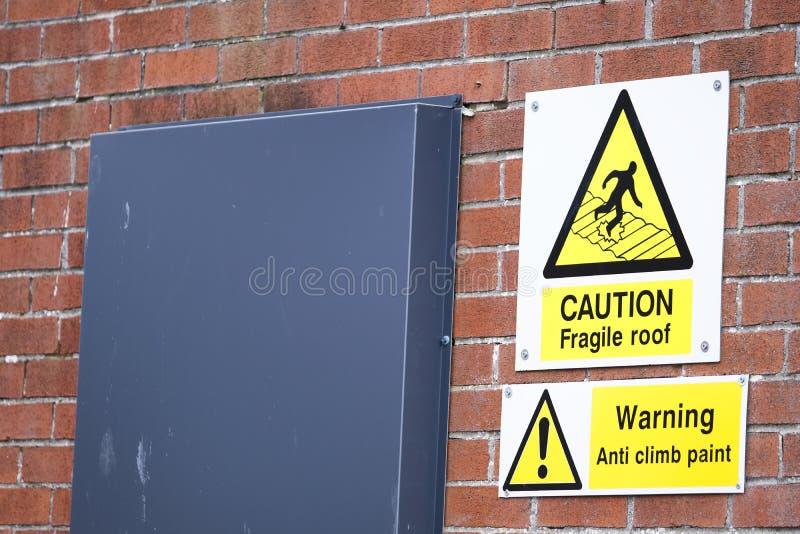 Muestra frágil del tejado de la precaución y advertencia anti de la subida imagen de archivo