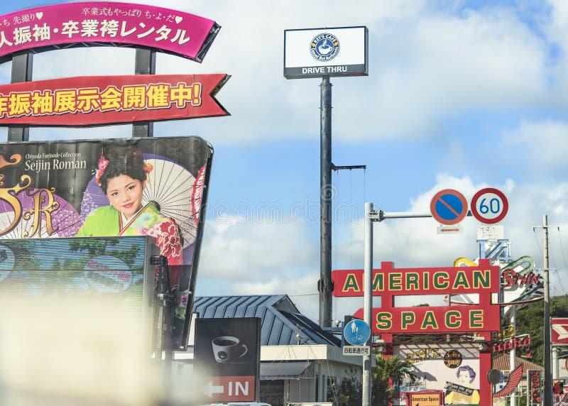 Muestra grande de tiendas en la ciudad de Chatan en Okinawa imagen de archivo