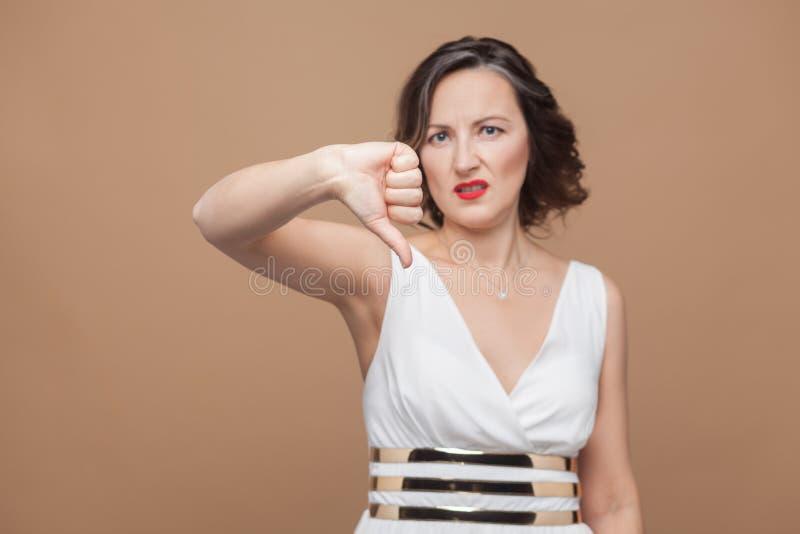 Muestra infeliz de la aversión de la demostración de la mujer adulta fotografía de archivo libre de regalías