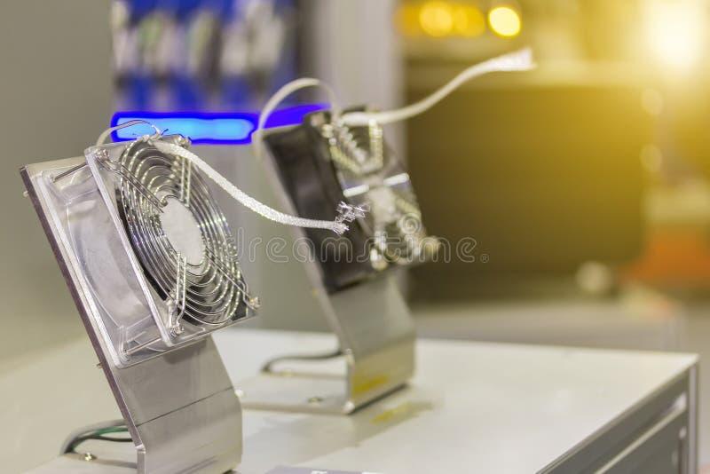 Muestra modelo de ventilador eléctrico hecho de la aleación y del plástico de aluminio para el ordenador o el trabajo industrial foto de archivo