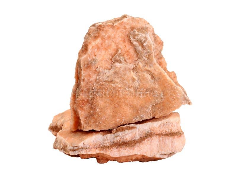 Muestra natural de yeso rosado congregado del palo del satén con capas de arena y de arcilla en el fondo blanco fotos de archivo