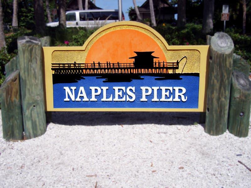 Muestra para el embarcadero de Nápoles en la playa de Nápoles fotografía de archivo