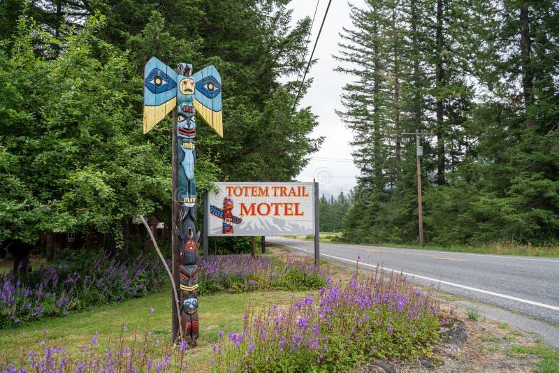 Muestra para el motel del rastro del tótem, uno de pocos alojamientos de alojamiento en las cascadas del norte foto de archivo