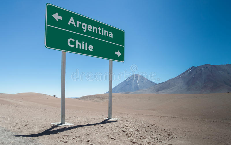 Muestra para la Argentina y Chile en las montañas de los Andes foto de archivo