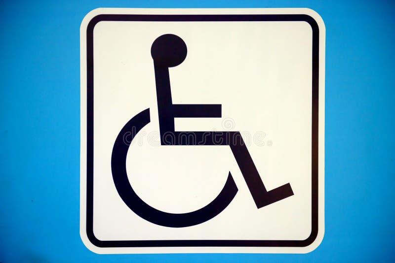 Muestra perjudicada rectángulo azul con la silla de ruedas, aislada en whi fotos de archivo