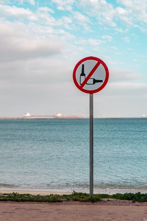 Muestra por la playa que prohíbe el uso del alcohol fotos de archivo libres de regalías