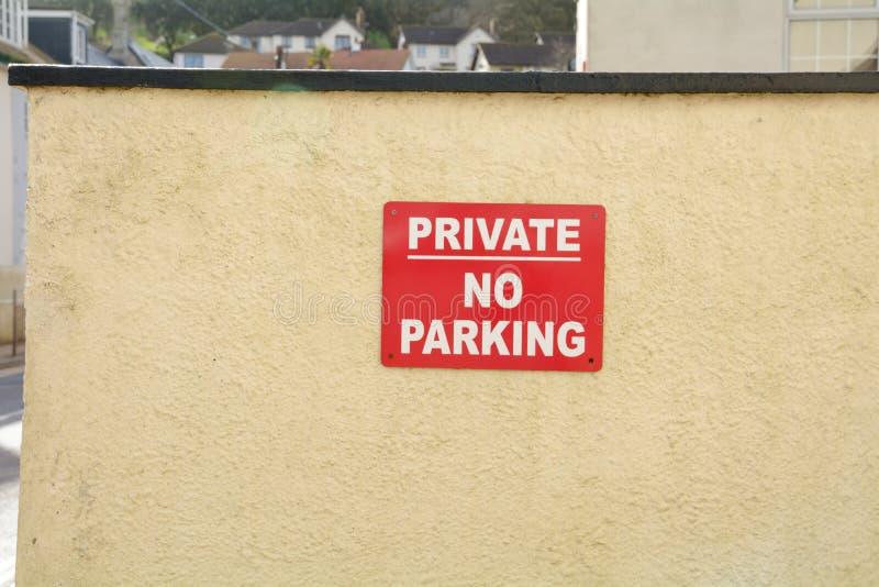 Muestra privada del estacionamiento prohibido en la pared imágenes de archivo libres de regalías