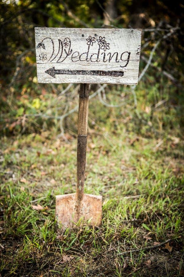 Muestra rústica de la flecha de la boda en una pala fotografía de archivo libre de regalías