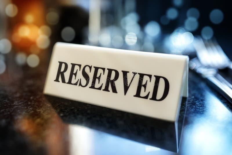 Muestra reservada en la tabla del restaurante foto de archivo libre de regalías