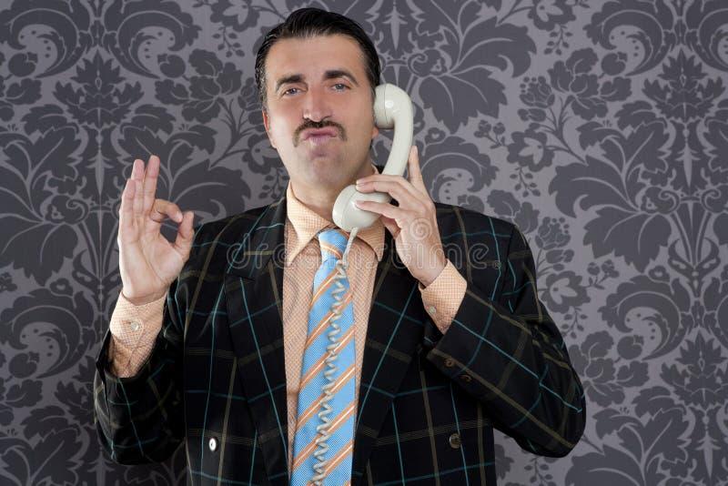 Muestra retra de la mano del gesto del hombre aceptable feliz del teléfono fotos de archivo libres de regalías