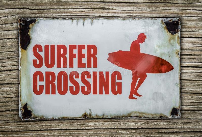 Muestra retra de la travesía de la persona que practica surf en fondo de madera foto de archivo libre de regalías