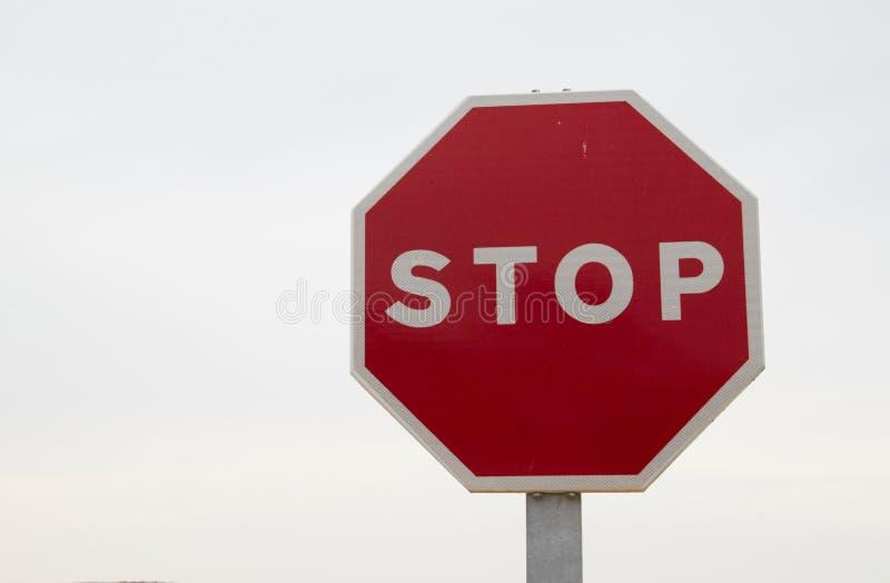 Muestra roja de la parada, octágono aislado de la señal de peligro de la regulación de tráfico, blanco octagonal del marco, poste fotos de archivo libres de regalías