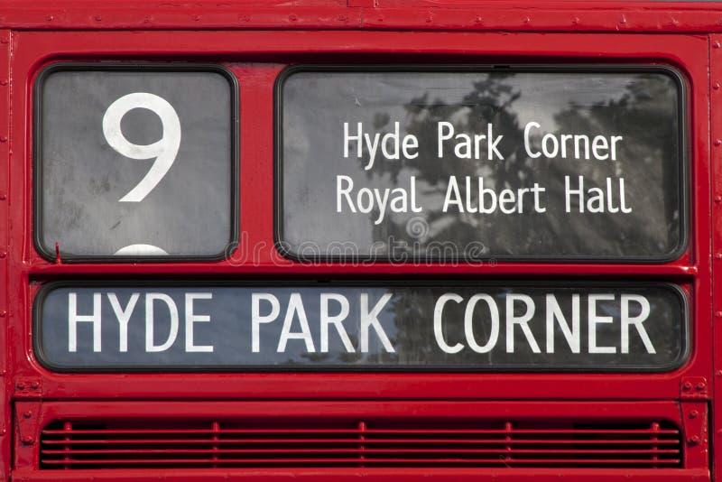 Muestra roja Hyde Park Corner del autobús de Londres imagenes de archivo