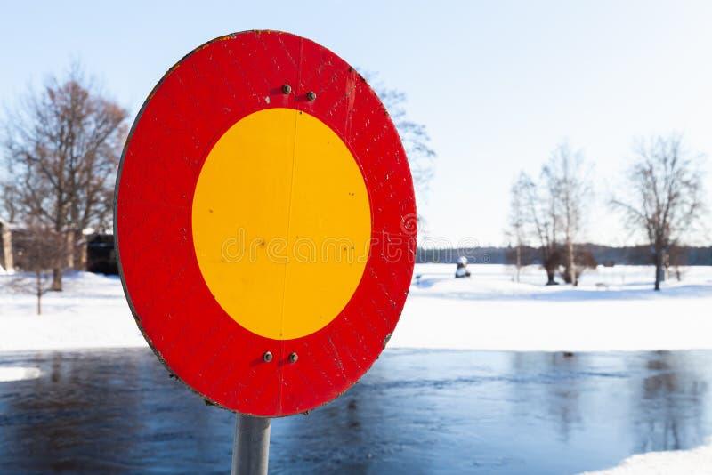 Muestra roja y amarilla redonda de la parada, al aire libre imagen de archivo