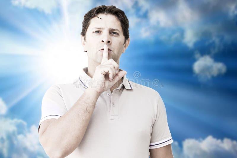 Muestra silenciosa en un cielo soleado azul imagen de archivo libre de regalías