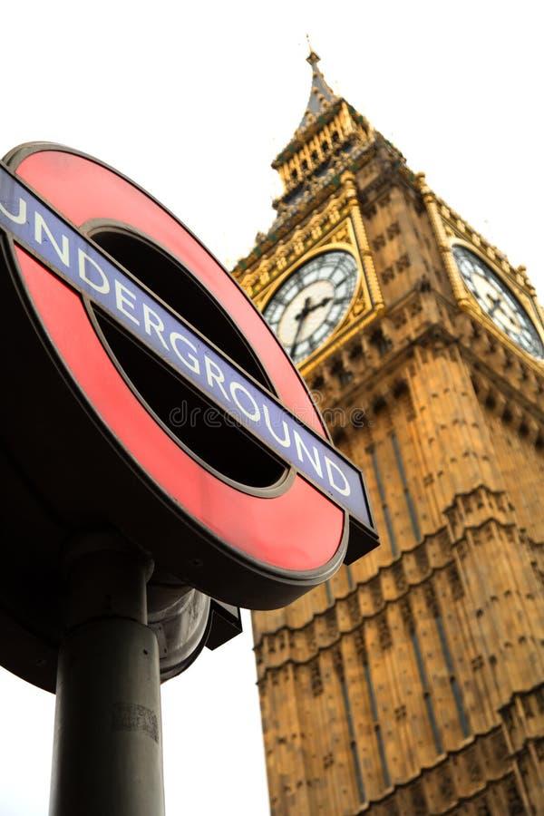 Muestra subterráneo y Big Ben en Londres fotografía de archivo