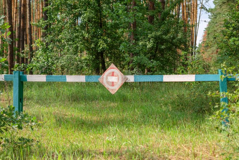 Muestra territorial Barrera verde y blanca de madera rayada en fotos de archivo libres de regalías