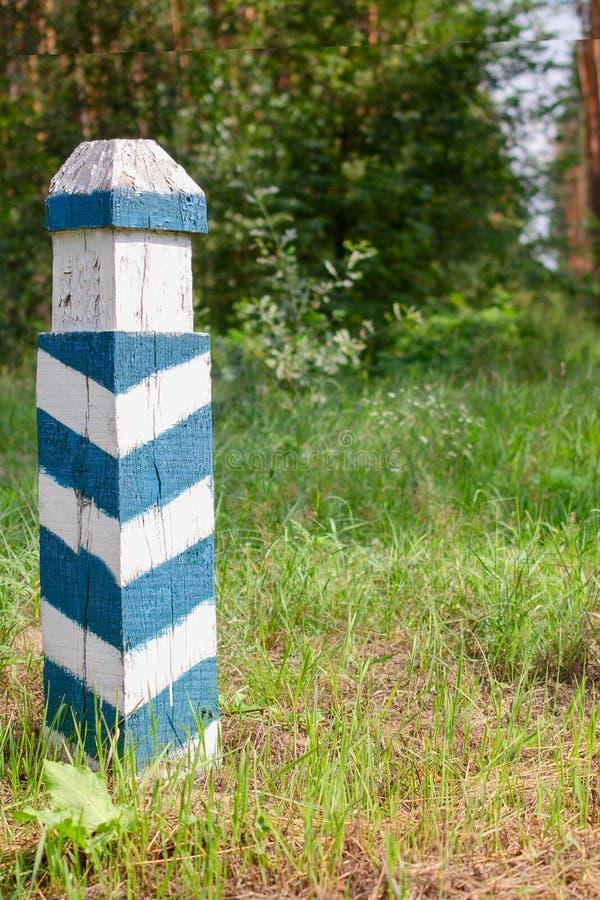 Muestra territorial Posts rayados verdes y blancos de madera en las FO fotografía de archivo libre de regalías