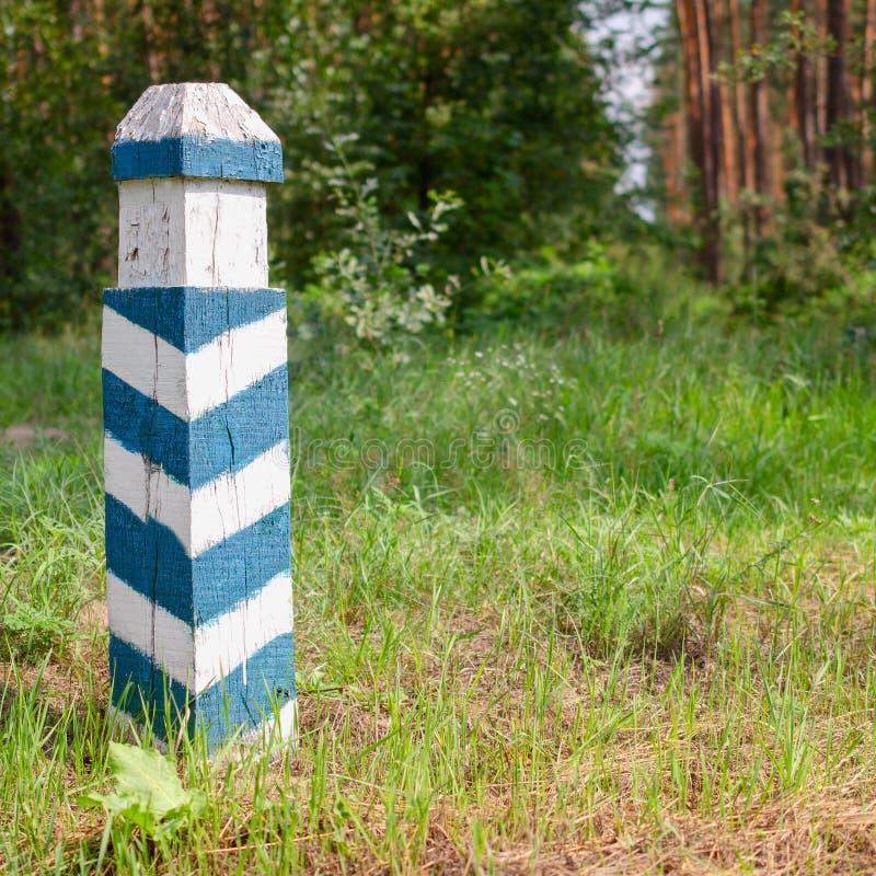 Muestra territorial Posts rayados verdes y blancos de madera en las FO imagen de archivo
