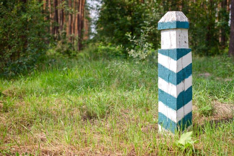 Muestra territorial Posts rayados verdes y blancos de madera en las FO imagenes de archivo