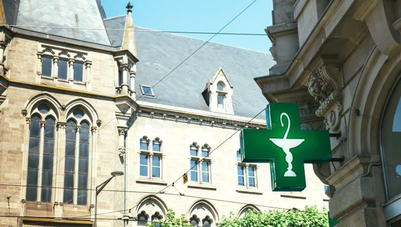 Muestra verde de la farmacia del vintage en un edificio de Hausmannian imagen de archivo