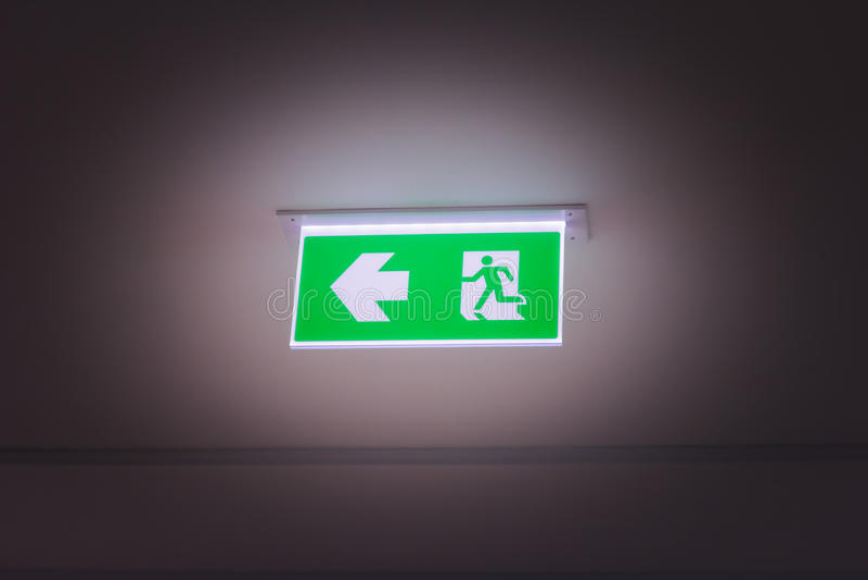 Muestra verde de la luz de la salida de socorro fotografía de archivo