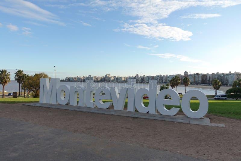 Muestra y horizonte de Montevideo en el La Rambla fotos de archivo