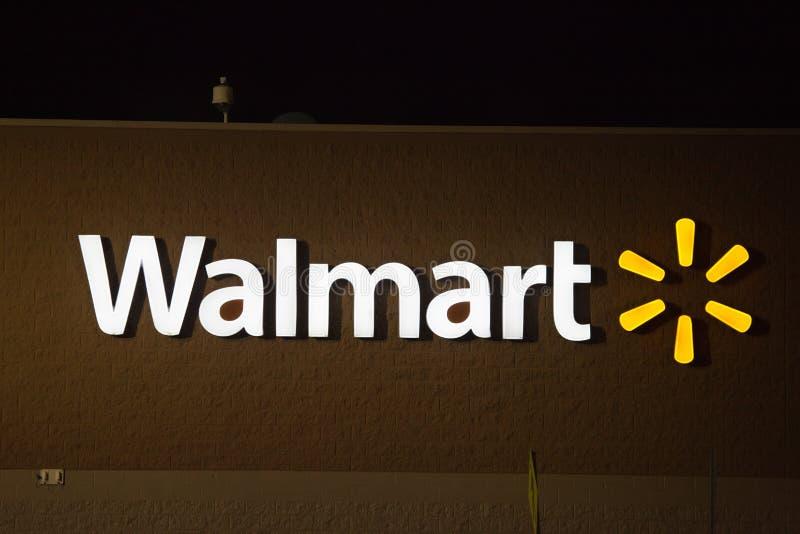Muestra y logotipo de Walmart en la noche imágenes de archivo libres de regalías
