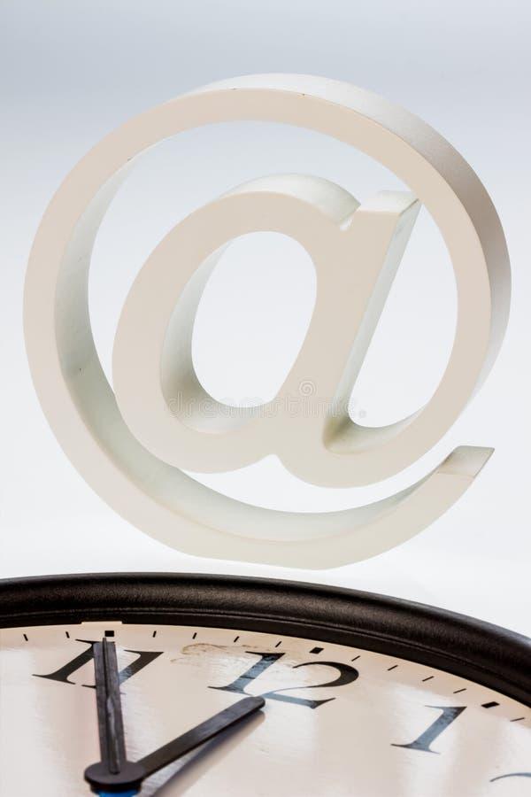 Muestra y reloj del correo electrónico foto de archivo