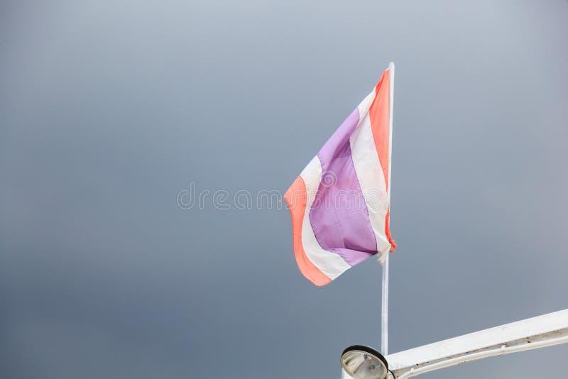 Muestra y símbolo Rayas horizontales de la bandera 5 tricolores nacionales tailandeses en los colores rojos, blancos y azules en  fotografía de archivo