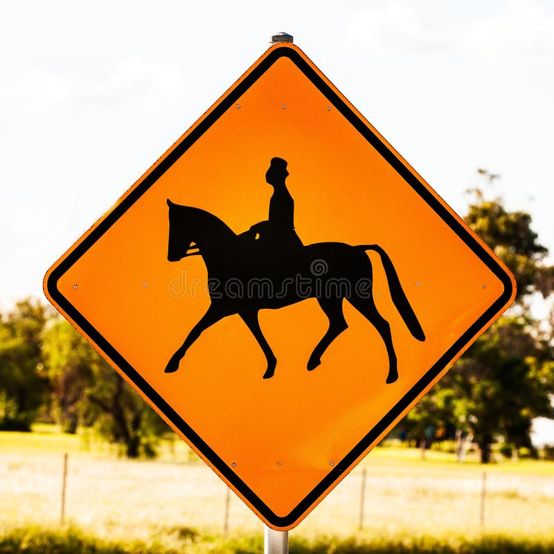 Muestras australianas del jinete del caballo femenino encontradas a lo largo del camino imagen de archivo libre de regalías